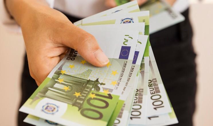 ¿Cuándo es mejor pagar en efectivo o disponer de él?
