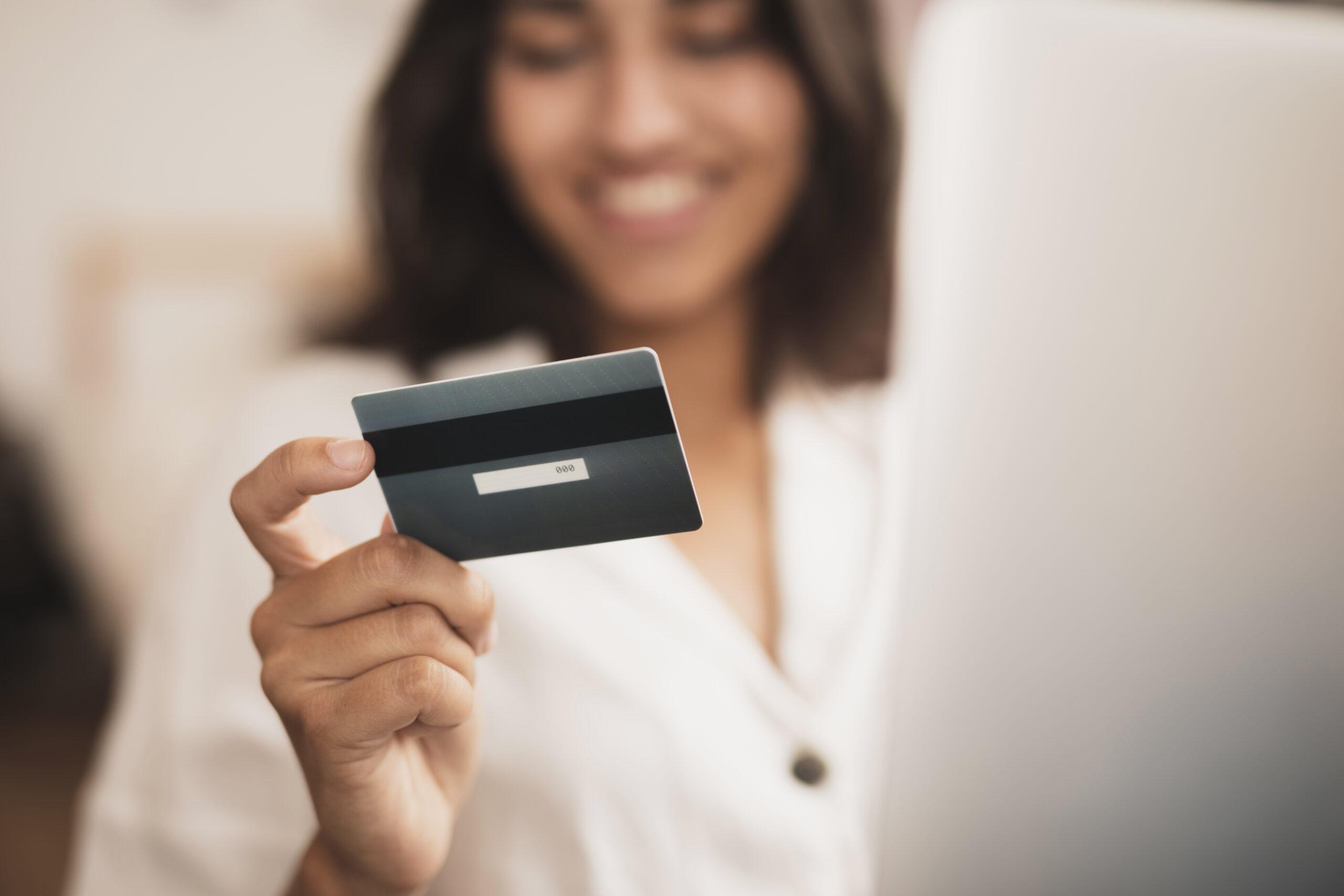 ¿Es mejor pagar con tarjeta de crédito o pagar en efectivo?